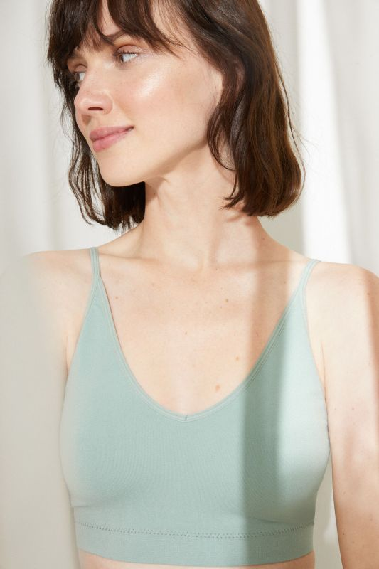Seamless halterneck top with removable cups