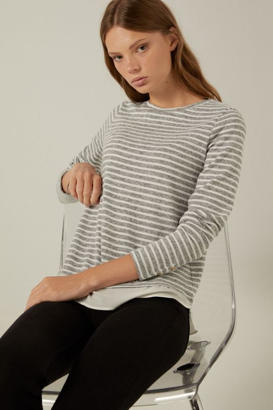 Two-material T-shirt with buttoned cuffs