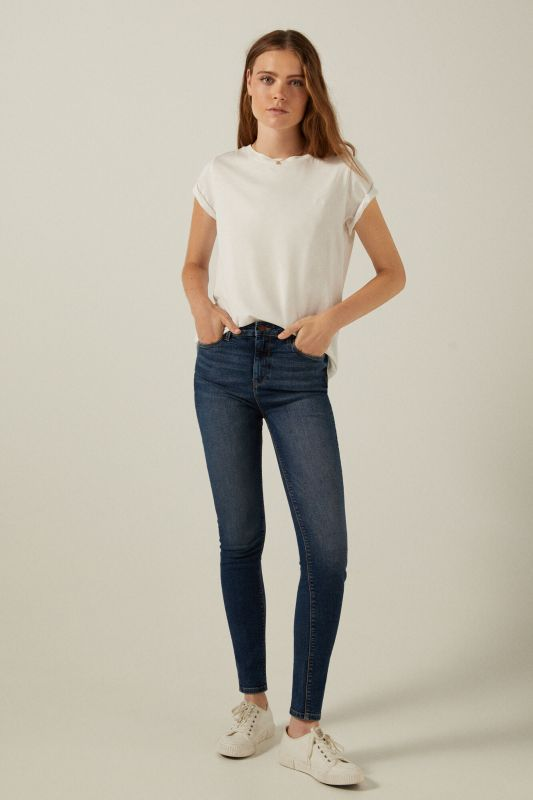 Sustainable wash sculpting jeans