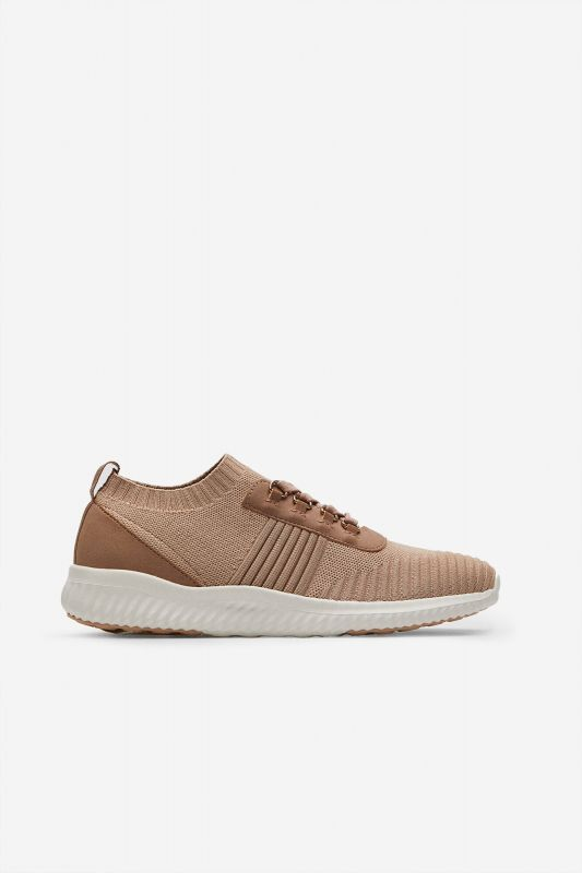 Ultralight lace-up trainer