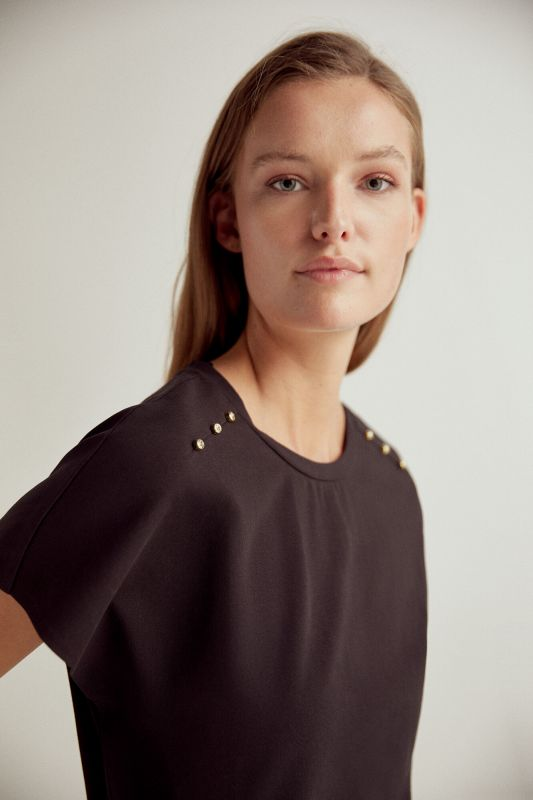 Wide fit crew neck t-shirt with short sleeves, side slit and shoulder pleats with gold stud detail